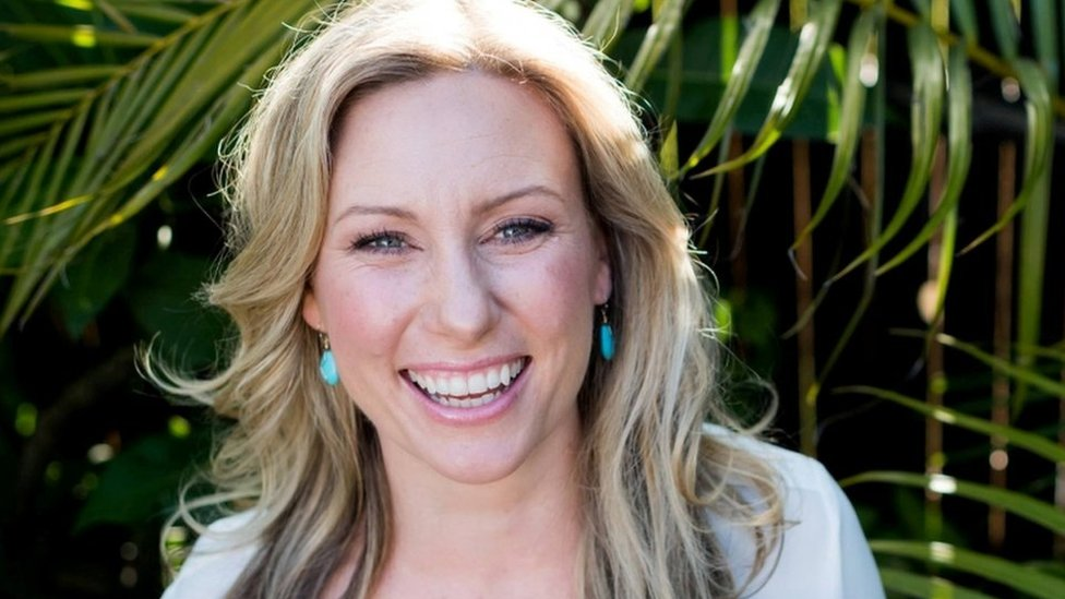 Justine Damond death: Woman 'slapped police car'