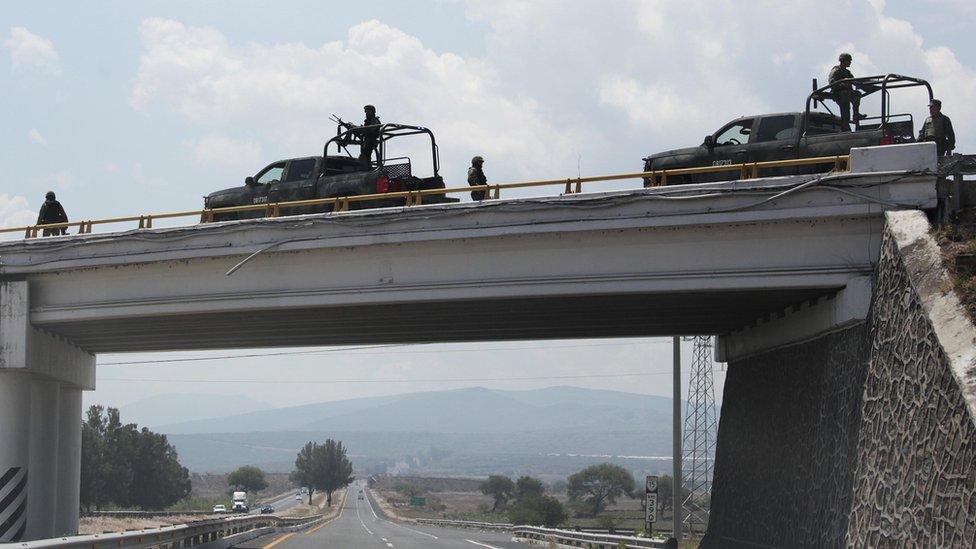 Soldados en una carretera de México