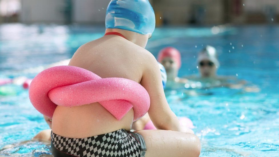 طفل صغير في حمام السباحة