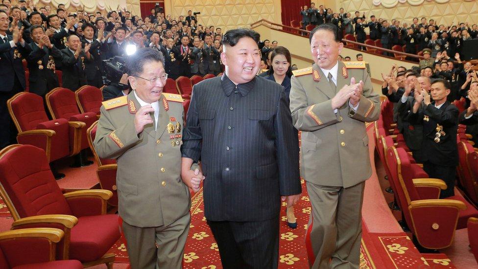 Ri Hong-sop (izq) y Hong Sung Mu (der) con Kim Jong-un.