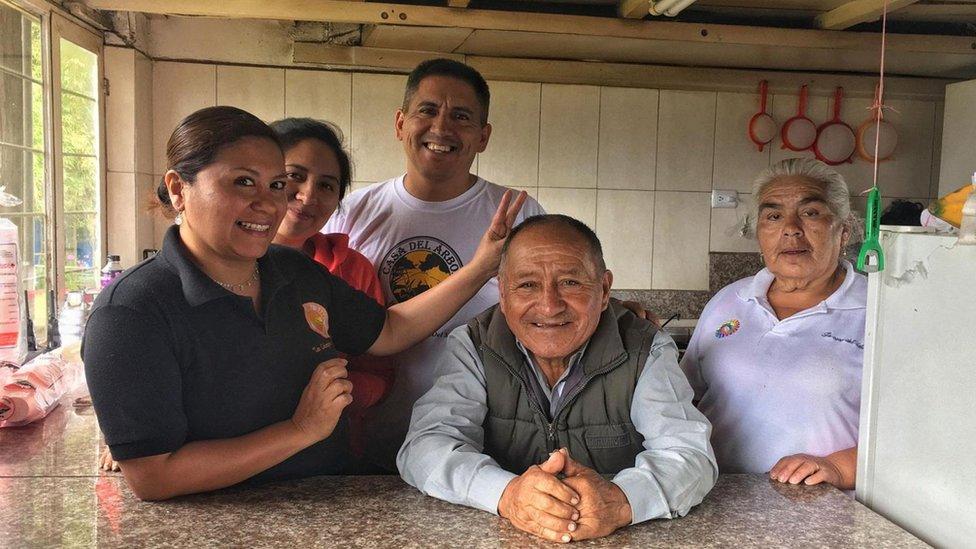 Carlos Sánchez, junto a su familia, vigila el volcán Tungurahua desde hace 18 años. (Foto: Eliot Stein)