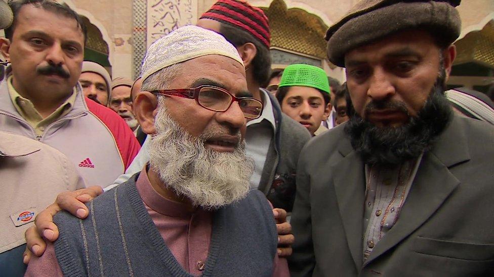 El padre de Zainab, Ameen Ansari, pide justicia tras el brutal asesinato de su hija.