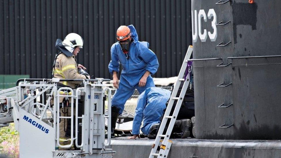 La policía inspecciona el submarino danés Nautilus.