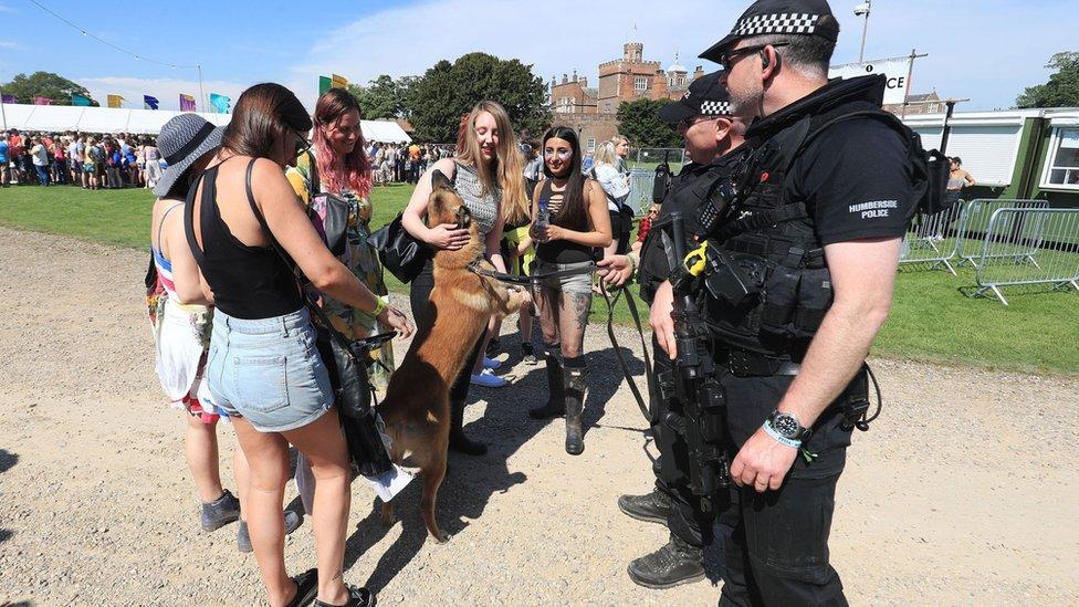 英國曼城恐攻事件後各地增強安保,警察和軍人共同承擔大型活動和重要公共場所的安保任務。(BBC中文網)