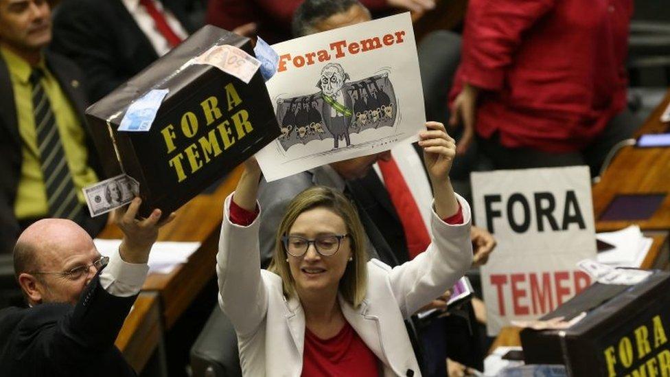 Diputados en Brasil protestan contra el presidente Michel Temer.