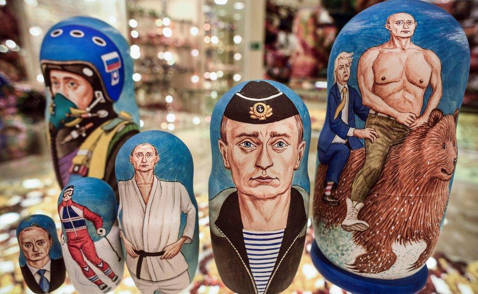 Diferentes modelos de muñecas tradicionales rusas pintadas con la imagen del presidente ruso, Vladimir Putin.