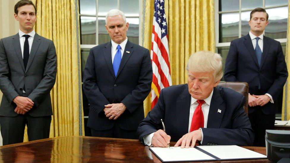 الرئيس الأمريكي دونالد ترامب يوقع لأولى الأوامر التنفيذية بعد تنصيبه