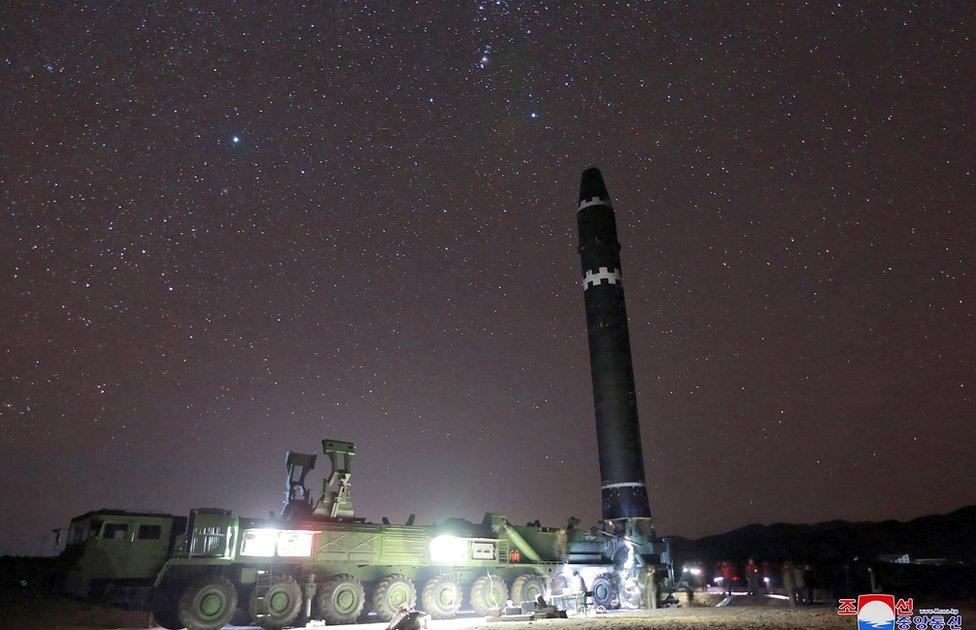 El misil en posición desde la plataforma donde fue lanzado.