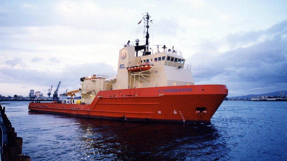 Los grandes barcos pesqueros están obligados a llevar un transpondedor activo, no así los pequeños.