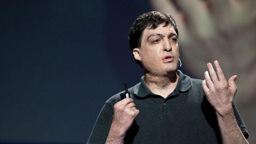 Dan Ariely durante una charla TED que dio en 2009. (Foto: Bill Holsinger-Robinson/Wikimedia Commons)