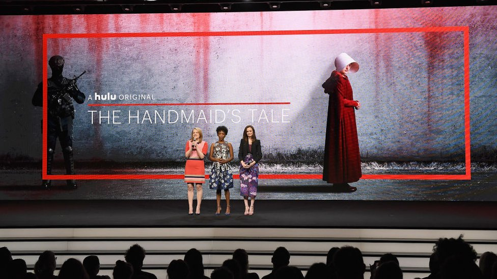 Elisabeth Moss, Samira Wiley y Alexis Bledel de 'The Handmaid's Tale'