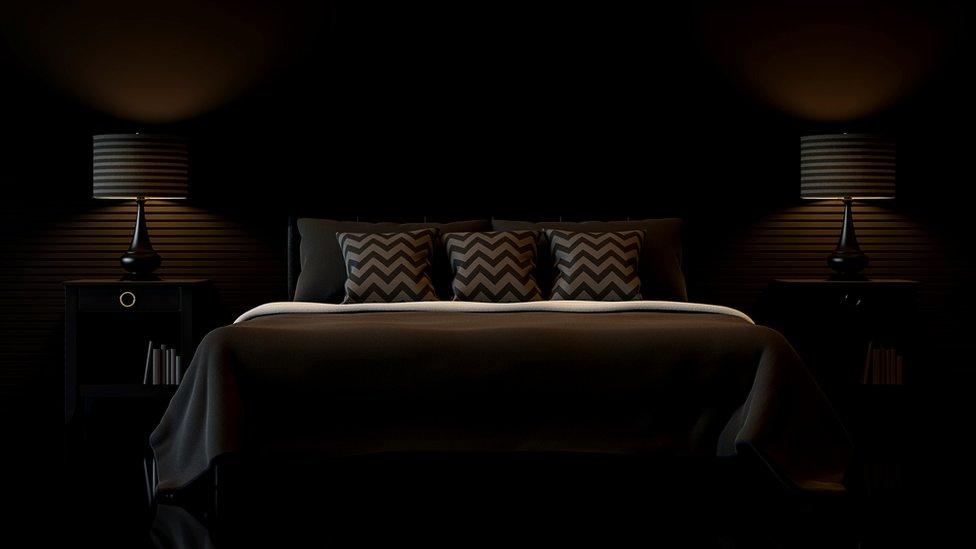 Dormitorio con las luces atenuadas