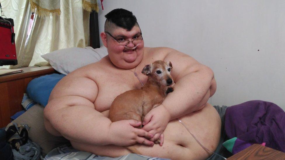 Juan Pedro junto a su perro Barbas.