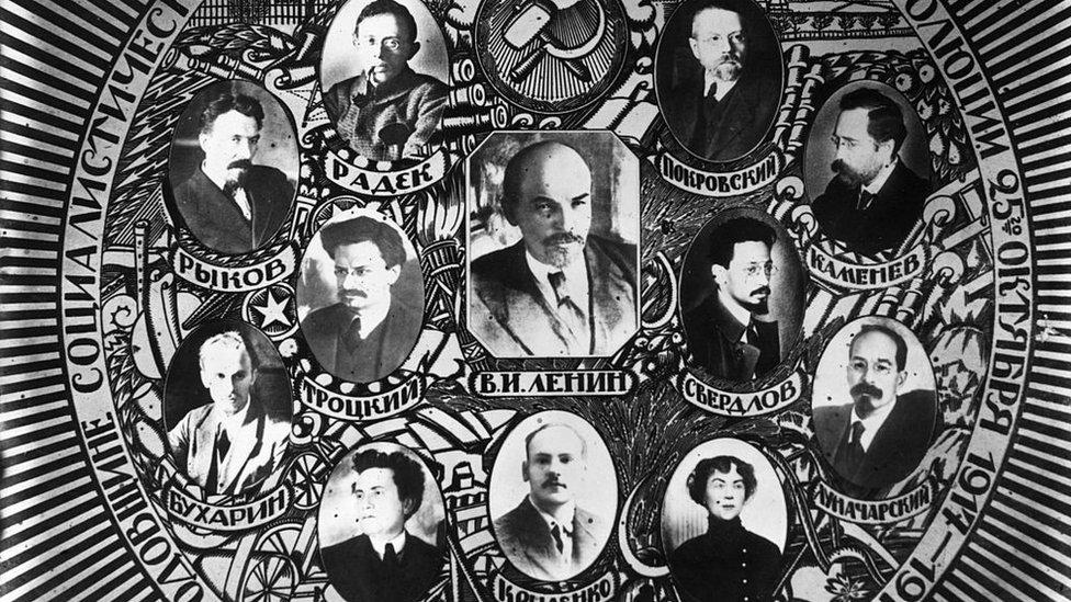 Políticos rusos en abril de 1920 y, entre ellos, Alexandra Kollontai.