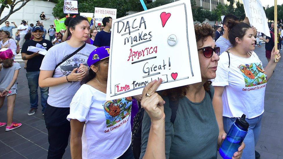 مهاجرون يتظاهرون في لوس أنجلس ويحملون لافتات مؤيدة لبرنامج