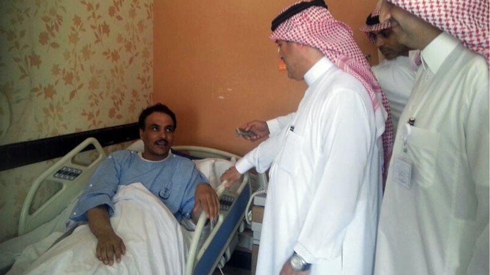 Responsables sanitarios visitan a una paciente en la provincia de al-Agsaa, Arabia Saudita.