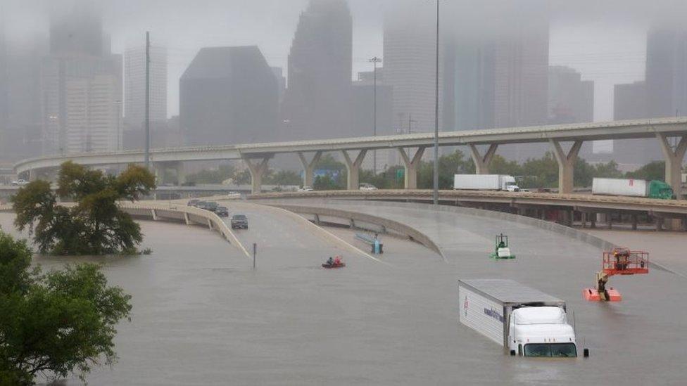 Varios vehículos quedaron atrapados en los puentes desde que las inundaciones bloquearon las bajadas.