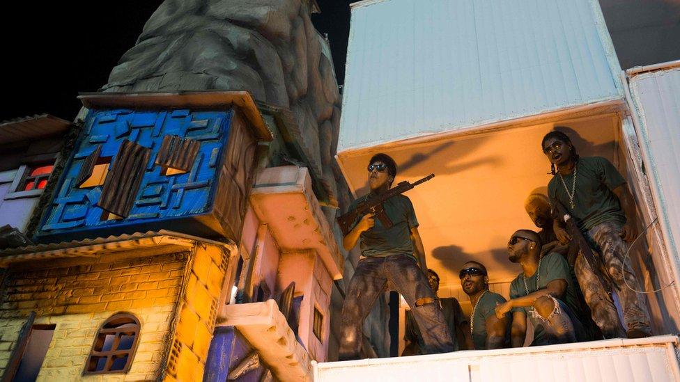 貝雅弗洛爾學校的表演也諷刺了里約熱內盧日漸嚴重的暴力犯罪。