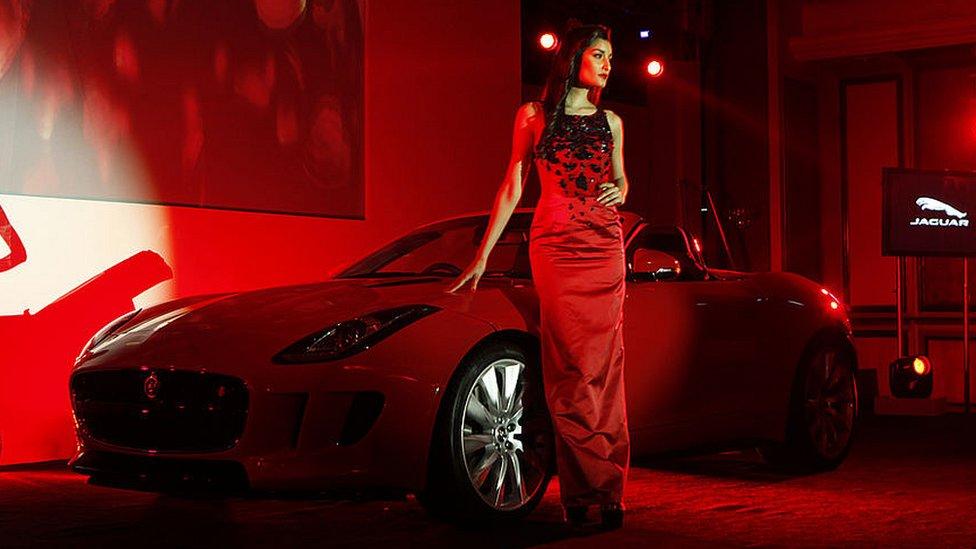 Modelo en el lanzamiento de un jaguar
