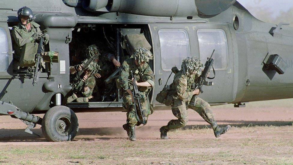 Tropas saliendo de helicóptero.