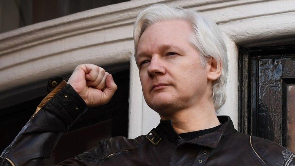 Insultes et caméras cachées : les raisons de l'arrestation de Julian Assange