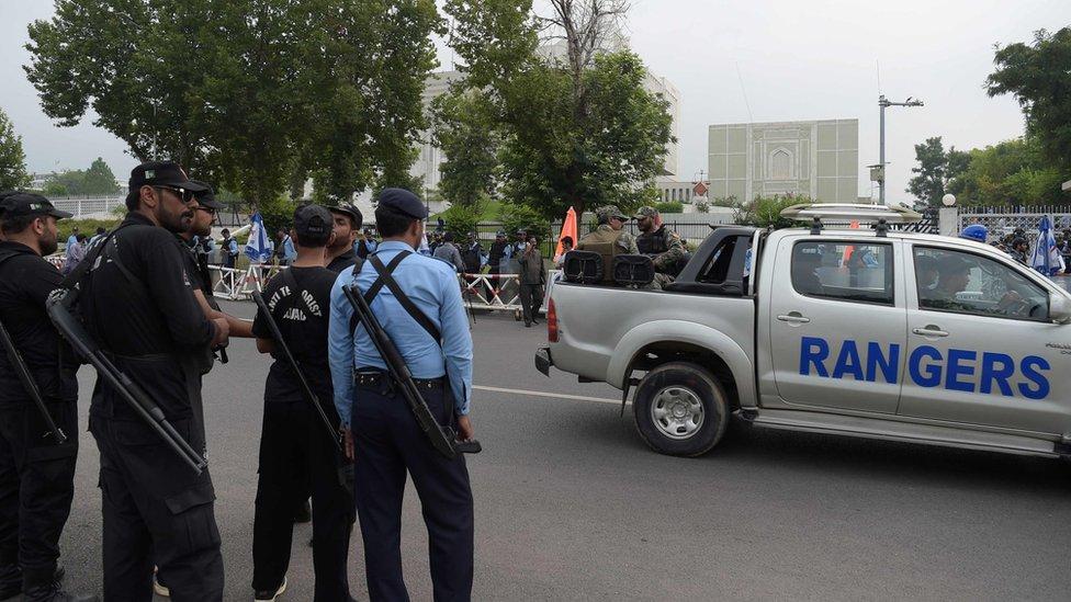 Hubo una alta presencia de cuerpos de seguridad frente a la Corte Suprema de Pakistán, antes del fallo.