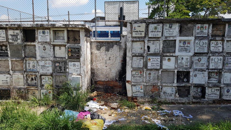 Osarios en el cementerio de Vila Nova Cachoeirinha.