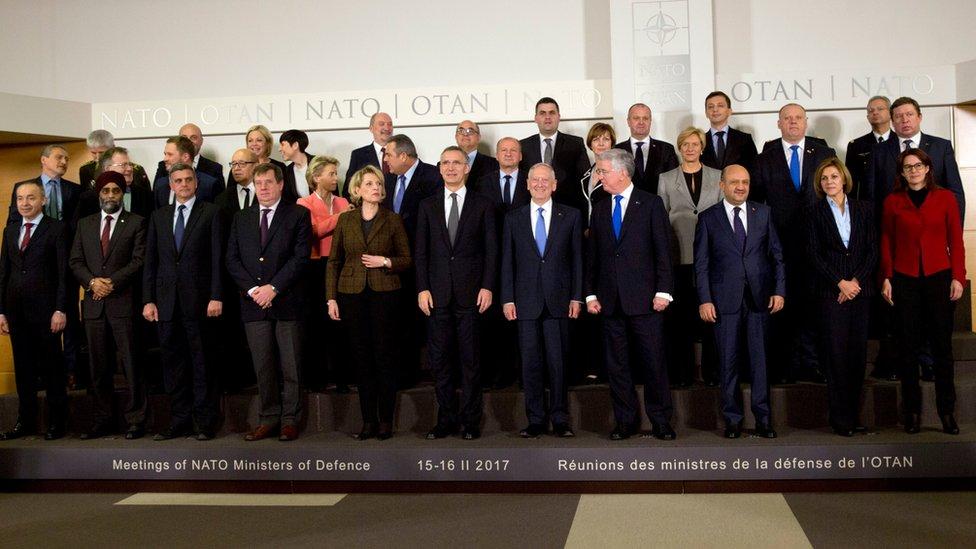 صورة جماعية لوزراء دفاع دول حلف شمال الأطلسي في بروكسل يوم 15 فبراير 2017