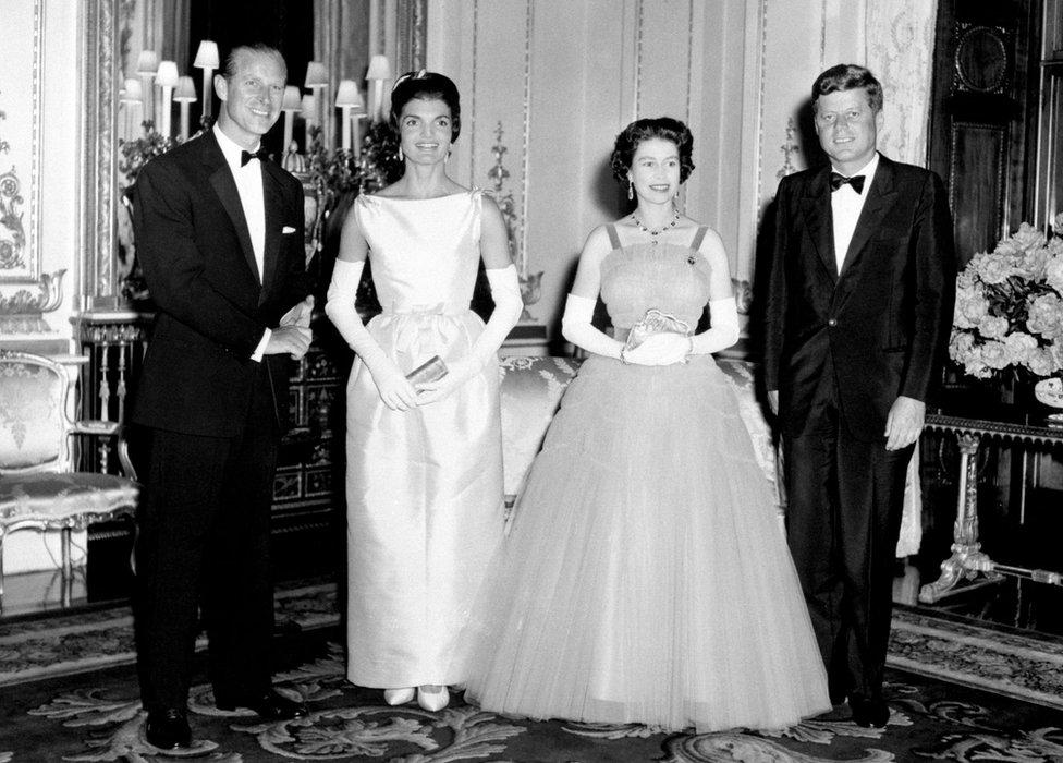 الرئيس الأمريكي جون كينيدي وزوجته جاكي في قصر بكنغهام