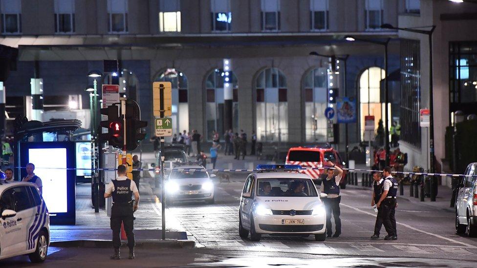 Policías afuera de la Estación Central