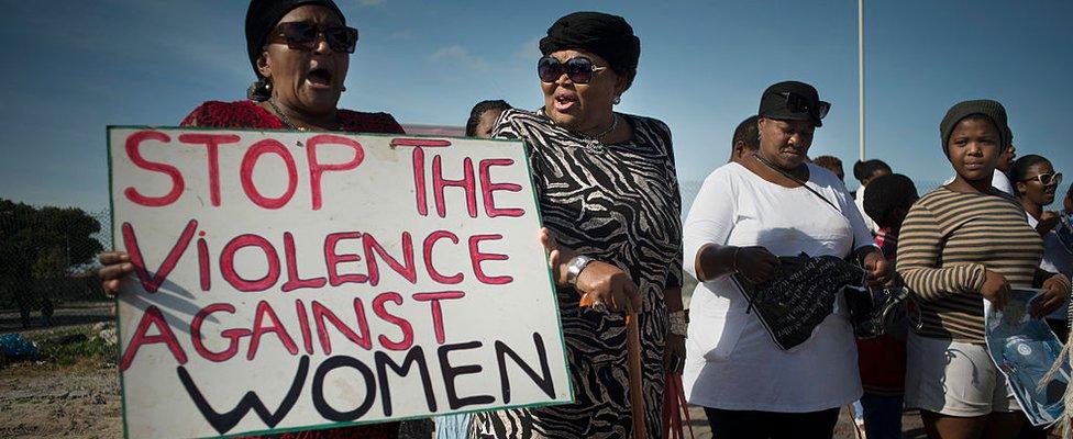 مظاهرة نسوية تحمل شعارات تطالب بوقف العنف ضد المرأة في جنوب أفريقيا