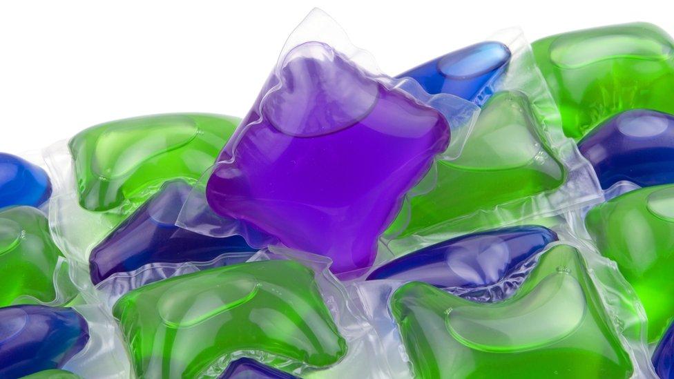 Cápsulas de detergente líquido de colores