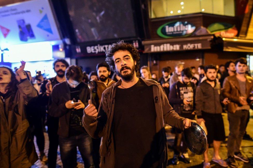 محتجون على نتائج الاستفتاء على التعديلات الدستورية في تركيا