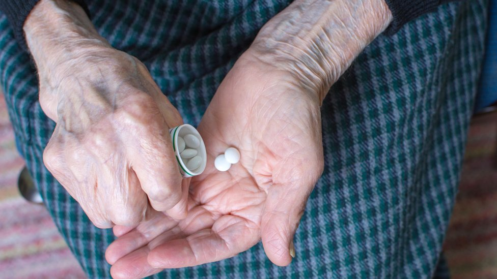 Anciana tomando medicamento