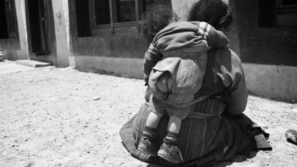 Algunos extranjeros creen que el hábito es antisocial, poco higiénico y que acaba perjudicando a los niños. Foto: Lara Belova/Getty Images.