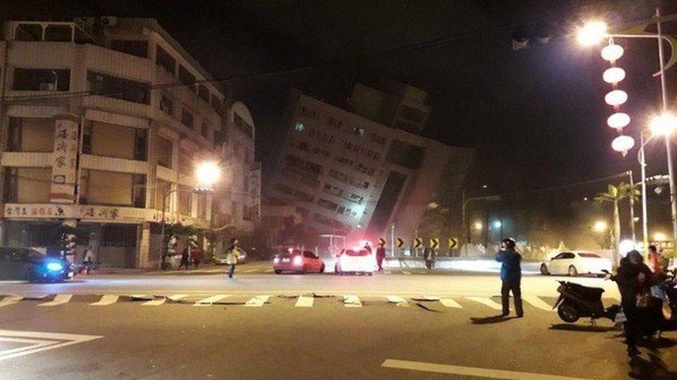 На Тайвані через землетрус завалився готель