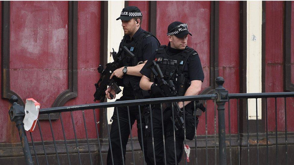 Policías patrullan Manchester luego del atentado