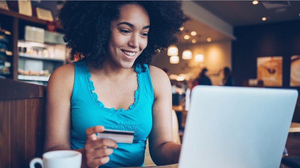 mujer comprando por internet