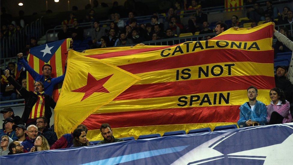 在馬塞羅亞舉行的一場足球比賽期間,有觀眾舉起支持獨立的橫幅。