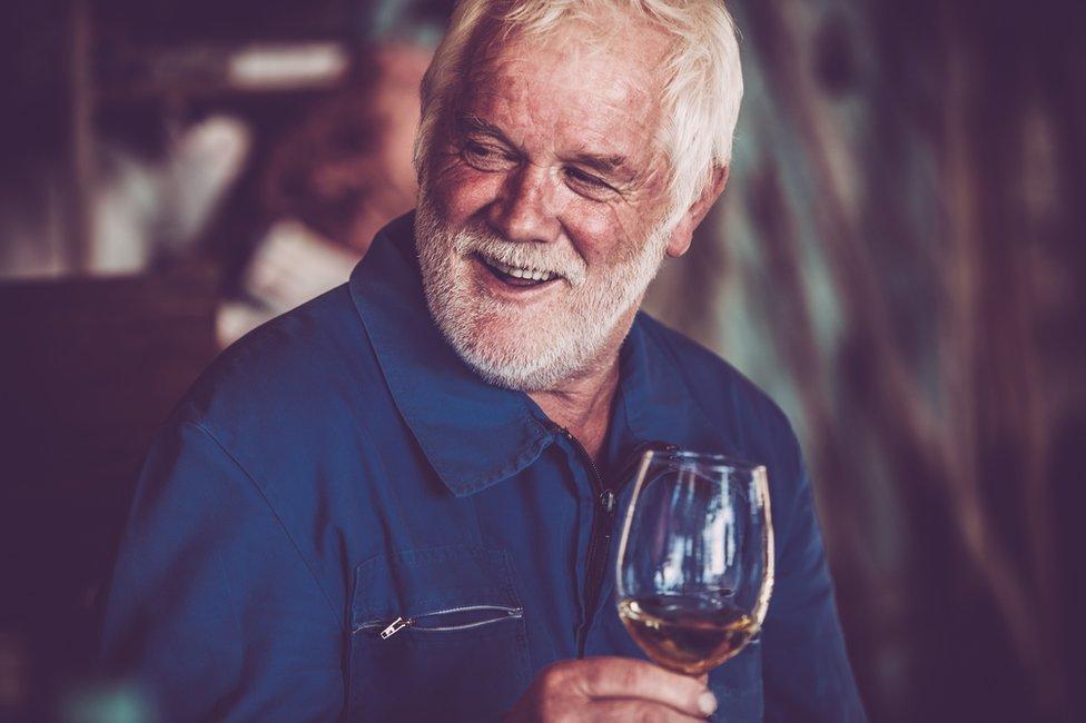 hombre con una copa de vino