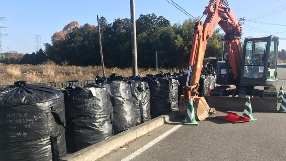 福島核電廠的土壤可能受到污染,因此被裝袋。