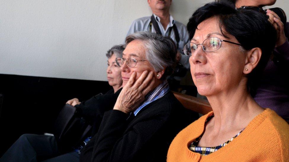 Doña Emma Thiessen junto a sus dos hijas en una de las audiencias judiciales (Foto: Prensa Comunitaria)