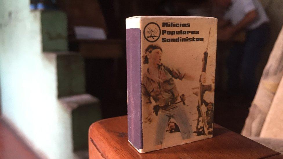 La foto del hombre molotov en una caja de cerillos.
