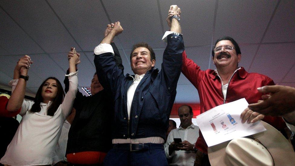 Salvador Nasralla celebra junto a su esposa, Iroshka Elvir, y el expresidente Manuel Zelaya.