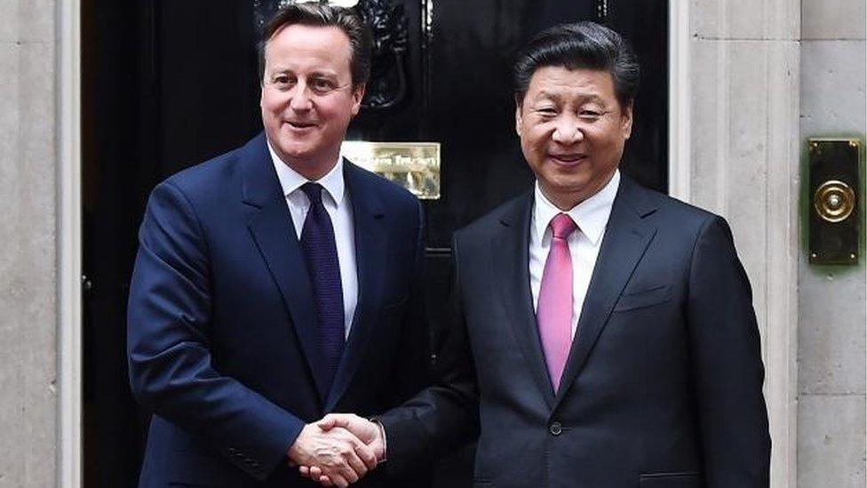 David Cameron (L) welcomes Chinese President Xi Jinping
