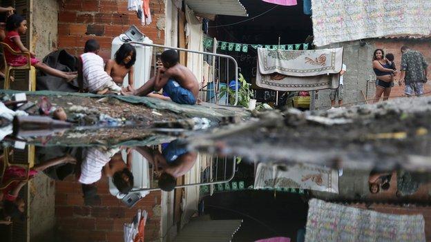 Personas pobres en una favela de Brasil