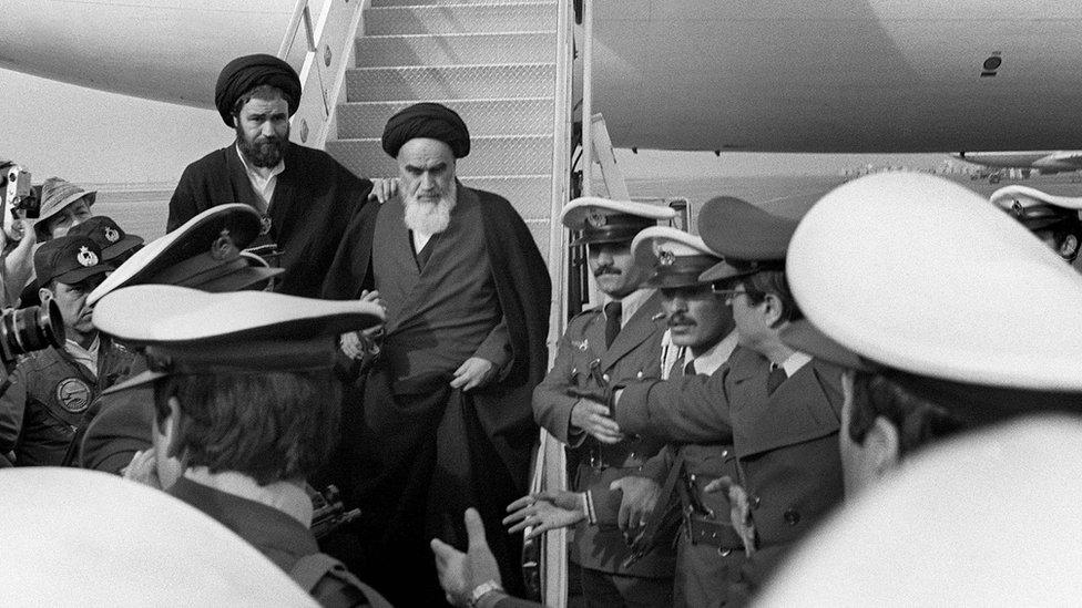 Ayatolá Jomeini regresa de su exilio en Francia.