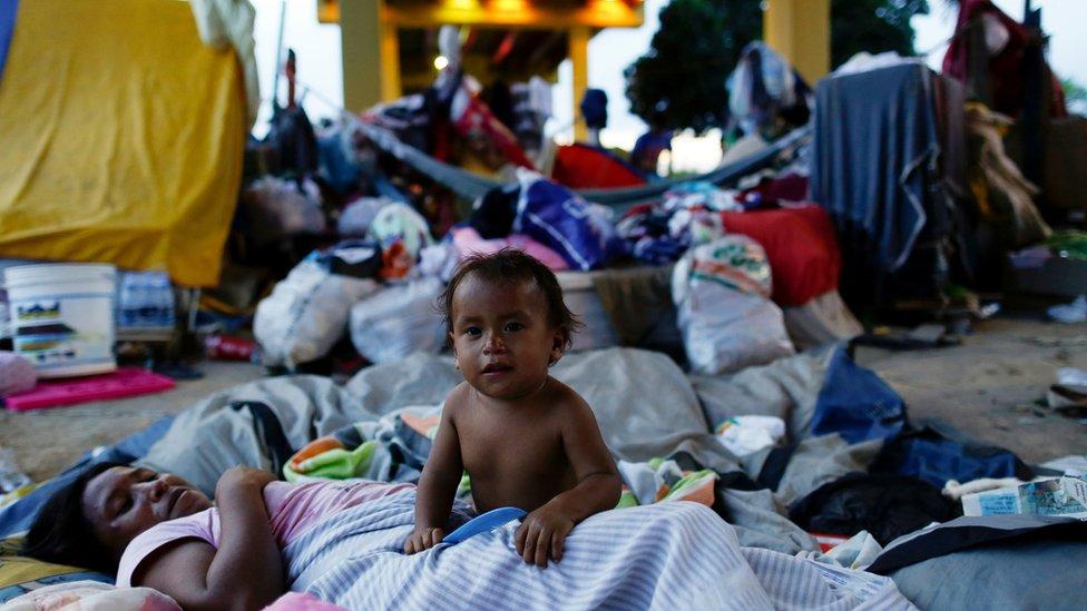 Ind�genas venezuelanos morando sob viaduto em Manaus