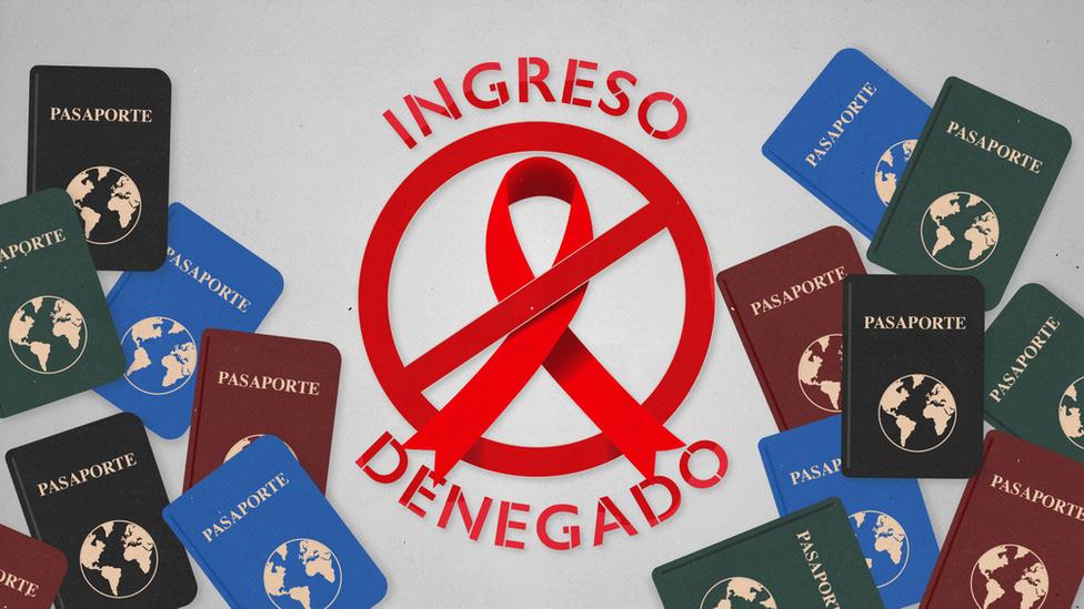 Pasaportes junto a un lazo rojo símbolo del sida y el mensaje de