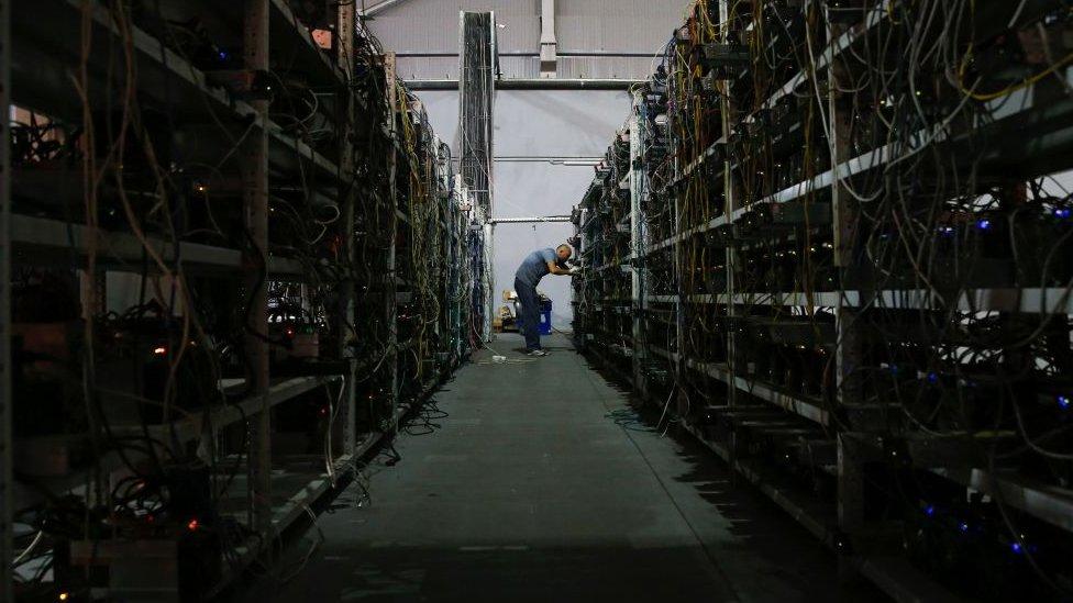 """Los """"mineros"""" de bitcoins prueban números al azar para descifrar los complejos algoritmos de las transacciones."""